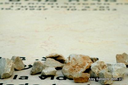אבנים על מצבה